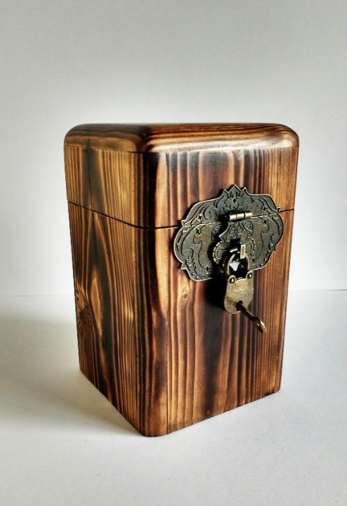 Hucha de madera reciclada de palet nogal
