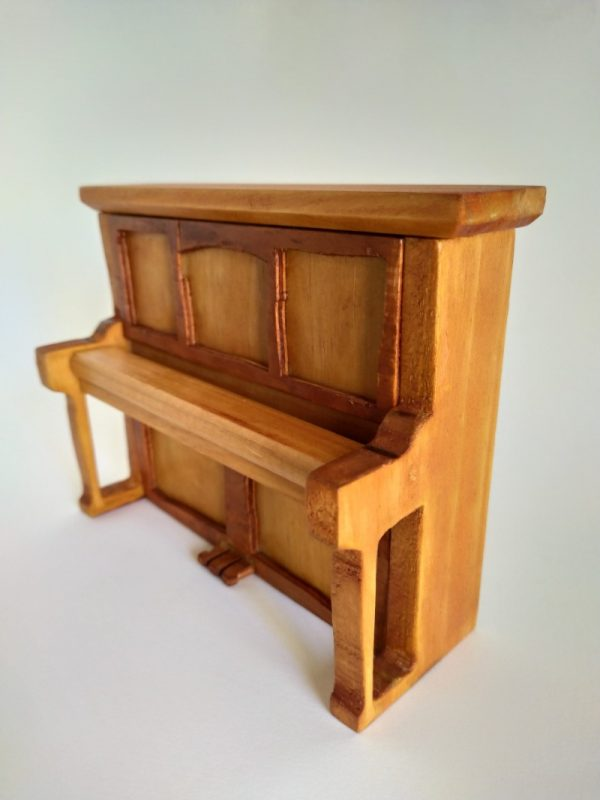 piano en miniatura de madera reciclada